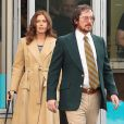"""Amy Adams et Christian Bale en costumes années 80 pendant le tournage de """"Untitled/Abscam"""" dans le Massachusetts, le 21 mars 2013."""