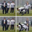 David Beckham chute en Chine en voulant frapper un coup franc devant de jeunes footballeur de Wuhan, le 23 mars 2013
