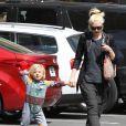 Gwen Stefani récupère son fils Zuma à la sortie de l'école. Los Angeles, le 26 mars 2013.