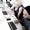 Gwen Stefani et Tony Kanal en pleine session écriture et écoute de démos.