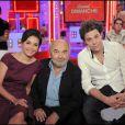 Gérard Jugnot, sa compagne Saïda Jawad, et son fils Arthur Jugnot lors de l'émission Vivement dimanche le 4 octobre 2009