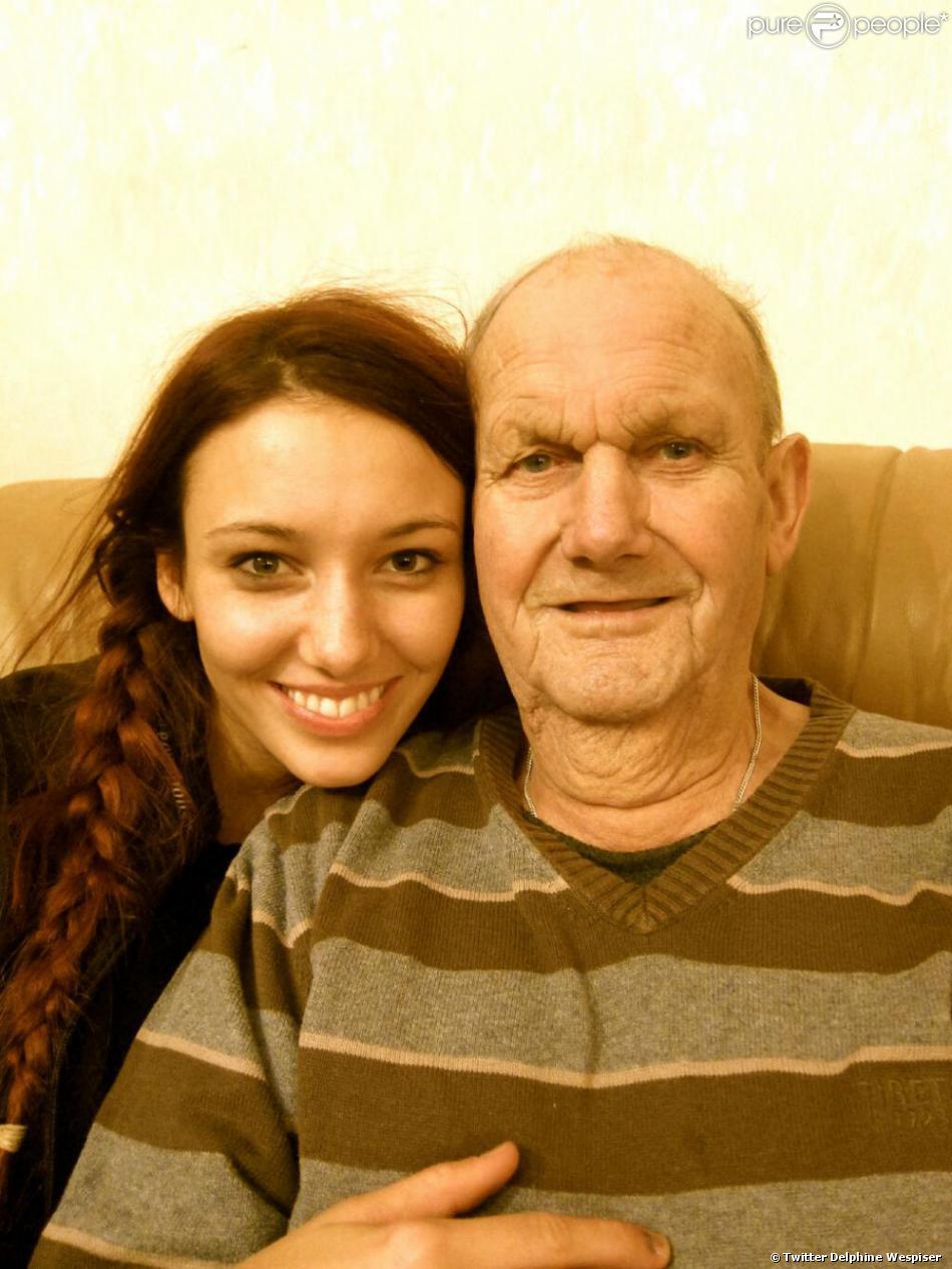 """Delphine Wespiser et son grand-père décédé, """"son Super Papapa"""""""