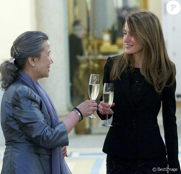 """Letizia, qui trinque ici avec Soon-Taek, épouse de Ban Ki-Moon, et Felipe d'Espagne recevaient à Madrid, au palais du Pardo, le 4 avril 2013, le secrétaire général des Nations unies Ban Ki-Moon ainsi que des dignitaires de l'ONU à l'occasion du Conseil des chefs de l'organisme et du coup d'envoi de la campagne """"1 000 jours d'action pour les Objectifs du Millénaire pour le développement (OMD)""""."""