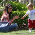 Selma Blair en virée promenade et shopping avec son fils Arthur Bleick à Los Angeles, le 9 avril 2013 au centre commercial The Grove.