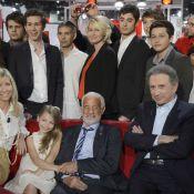 Jean-Paul Belmondo et son adorable Stella : La tribu réunie sur un canapé rouge