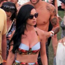 Katy Perry super glamour en mini-jupe à Coachella 2013.