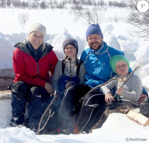 Petit bivouac gourmand. Le prince Haakon de Norvège, son épouse la princesse Mette-Marit et leurs enfants la princesse Ingrid Alexandra et le prince Sverre Magnus ont pris la pose pour les photographes le 13 avril 2013 à Beitostolen, et se sont amusés en marge de la course Ridderrennet, événement dédié aux personnes handicapées.