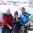 Le prince Haakon de Norvège, son épouse la princesse Mette-Marit et leurs enfants la princesse Ingrid Alexandra et le prince Sverre Magnus ont pris la pose pour les photographes le 13 avril 2013 à Beitostolen, et se sont amusés en marge de la course Ridderrennet, événement dédié aux personnes handicapées.