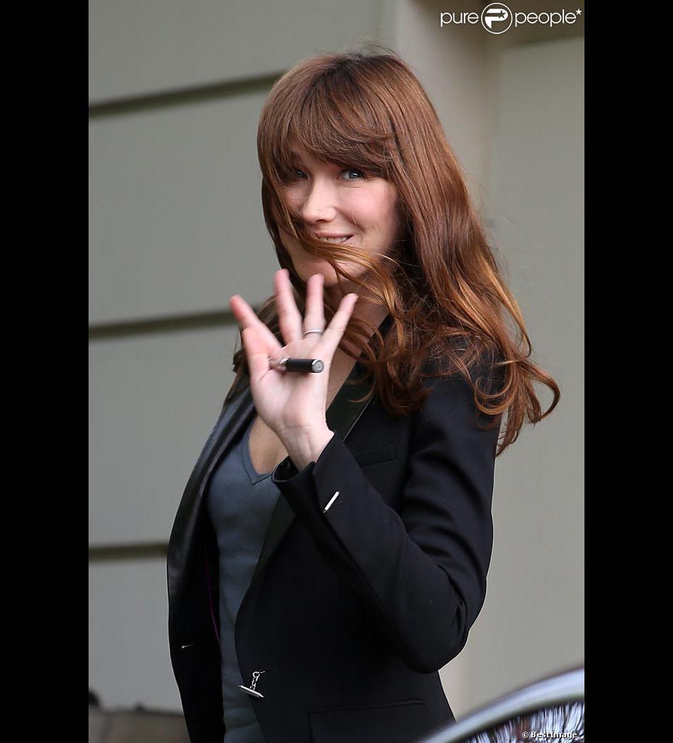 Carla Bruni Sarkozy arrive au Studio Gabriel le 17 avril 2013 pour enregistrer le Vivement Dimanche diffusé le 21 avril 2013.