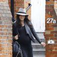 Exclu - Jenna Dewan, enceinte, sort d'une clinique à Londres, le 18 avril 2013.