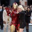 Kimberley Wyatt s'éclate avec le super-héros à la première d'Iron Man 3 à l'Odeon Leicester Square, Londres, le 18 avril 2013.