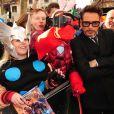 Robert Downey Jr. pose avec des fans à la première d'Iron Man 3 à l'Odeon Leicester Square, Londres, le 18 avril 2013.