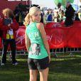 Katherine Jenkins courant avec une photo de son père, mort du cancer, au marathon de Londres le 21 avril 2013.