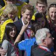 Le prince Harry posant avec des admiratrices à l'arrivée du marathon de Londres, le 21 avril 2013