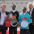 Le prince Harry, associé à Sir Richard Branson, remettait les prix à l'arrivée du marathon de Londres, le 21 avril 2013. L'occasion de parler avec les bénévoles, de poser pour des photos ou encore de faire quelques blagues...