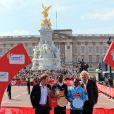 Le prince Harry remettait les prix à l'arrivée du marathon de Londres, le 21 avril 2013. L'occasion de parler avec les bénévoles, de poser pour des photos ou encore de faire quelques blagues...