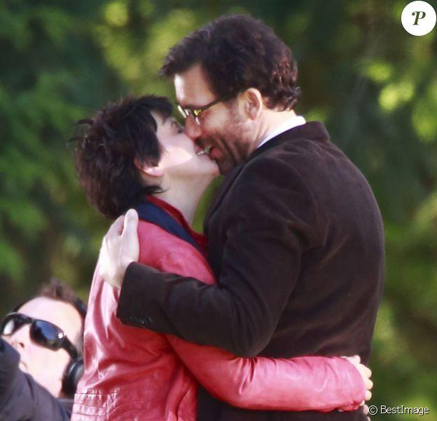 """Clive Owen et Juliette Binoche s'embrassent sur le tournage du film """"Words and Pictures"""" à Vancouver, le 22 avril 2013"""