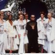 Karl Lagerfeld en 1994 au défilé Chloé entouré des plus grands top models