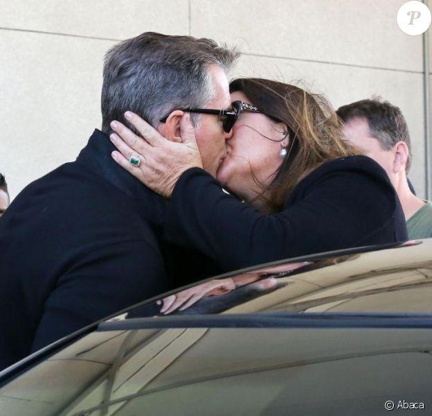 Pierce Brosnan et sa femme Keely Shaye Smith s'embrassent tendrement à l'aéroport de Los Angeles, le 25 avril 2013.