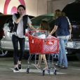 Miley Cyrus va faire des courses à Target, à Sherman Oaks, Los Angeles, le 28 avril 2013.