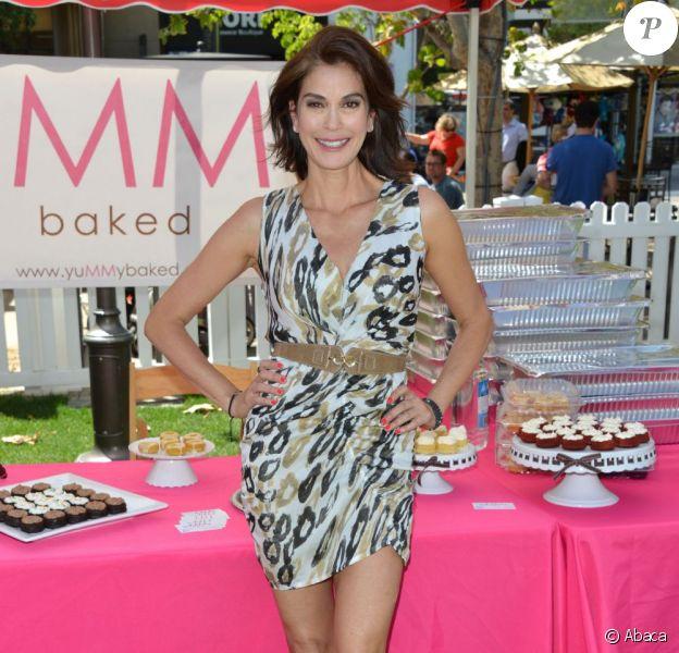 Teri Hatcher, hôtesse de charme d'un vide-grenier de célébrités, à Glendale, Los Angeles, le 27 avril 2013 - Quel corps à 48 ans !