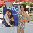 Teri Hatcher,hôtesse de charme d'un vide-grenier de célébrités, à Glendale, Los Angeles, le 27 avril 2013 - Envie d'acheter un poster inédit de Loïs et Clark : Les nouvelles aventures de Superman