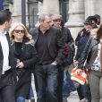 Exclu - Hugh Laurie arrive à la gare du Nord et se rend à son hôtel à Paris, le 29 avril 2013, avant une tournée promotionnelle pour présenter son 2e album.