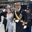 Felipe d'Espagne, portant les insignes de l'ordre d'Orange-Nassau, et Letizia, portant les insignes de l'ordre de Charles III, à la prestation de serment du roi Willem-Alexander des Pays-Bas, le 30 avril 2013 à la Nouvelle Eglise (Nieuwe Kerk) d'Amsterdam.