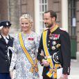 La princesse Mette-Marit et le princesse Haakon de Norvège à leur arrivée à la prestation de serment du roi Willem-Alexander des Pays-Bas, le 30 avril 2013 à la Nouvelle Eglise (Nieuwe Kerk) d'Amsterdam.