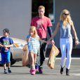 Gwyneth Paltrow avec Chris Martin et leurs enfants à Los Angeles le 25 octobre 2012