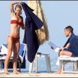 Claire Danes et Hugh Dancy en amoureux sur une plage italienne