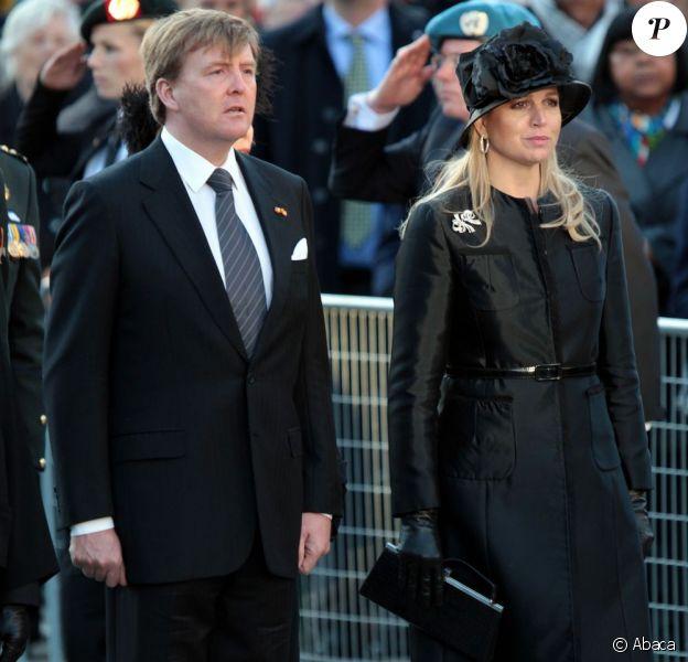 Le roi Willem-Alexander et la reine Maxima des Pays-Bas se recueillent devant le Monument national à Amsterdam en souvenir des victimes de la Seconde Guerre mondiale, le 4 mai 2013.