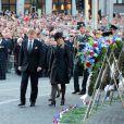 Le roi Willem-Alexander et Maxima des Pays-Bas déposent une couronne de fleurs de le Monument national à Amsterdam en souvenir des victimes de la Seconde Guerre mondiale, le 4 mai 2013.