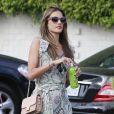 Alessandra Ambrosio fait du shopping avec une amie à Pacific Palisades, le 4 mai 2013