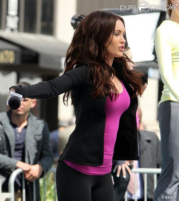 Megan Fox se dévoue et donne de sa personne sur le tournage du film Tortues Ninja dans le Midtown, New York, le 7 mai 2013.