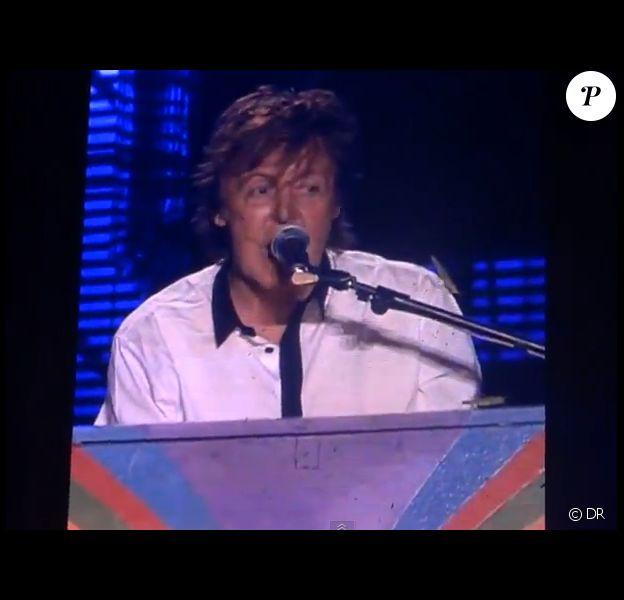 """Paul McCartney a dédié """"Hey Jude"""" à la sauterelle Harold qui a passé la majorité du concert sur son épaule. À Goiânia au Brésil, le 6 mai 2013."""