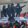 Les forces de l'ordre face à des supporters fêtant le titre de Champion de France au Trocadero à Paris le 13 mai 2013.