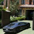 La Lamborghini Aventador noire de Kanye West légèrement rayée à l'entrée du domicile de Kim Kardashian à cause de portes électriques défaillantes. Los Angeles, le 14 mai 2013.