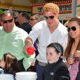 Le prince Harry à la rencontre de sinistrés de l'ouragan Sandy dans le New Jersey, à Mantokoling et Seaside Heights, le 14 mai 2013 lors de sa visite officielle aux Etats-Unis.