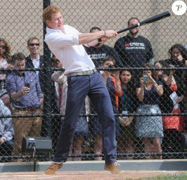 Le prince Harry, en visite officielle aux Etats-Unis, a impressionné à Harlem le 14 mai 2013, donnant quelques coups de batte remarquables lors d'une démonstration de base-ball sur le terrain de Harlme RBI, en présence du Yankee Mark Teixeira.