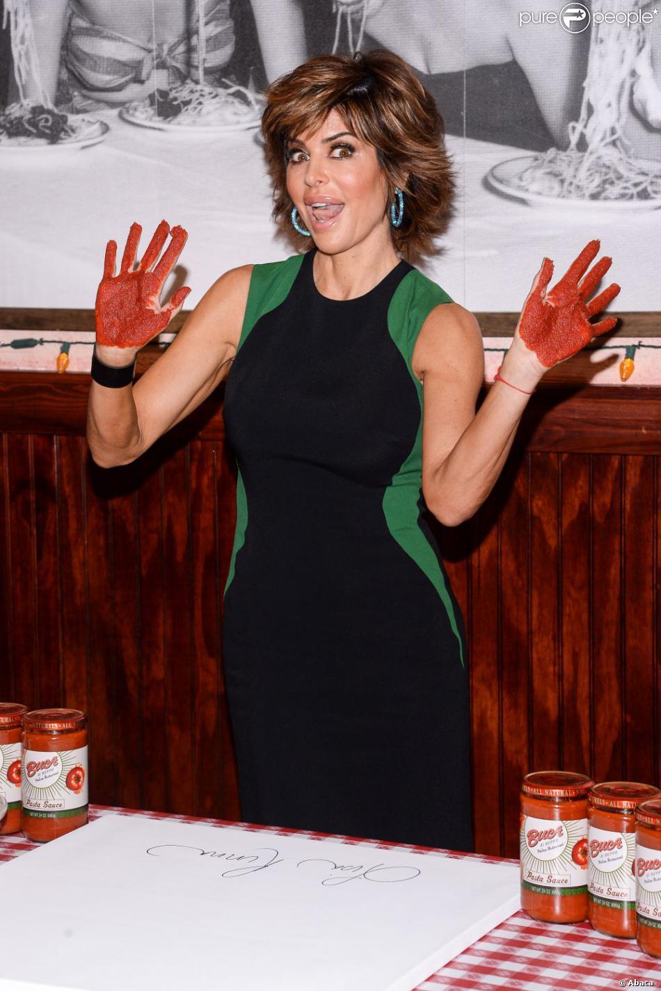 L'actrice Lisa Rinna a laissé ses empreintes de mains au restaurant Buca di Beppo à New York. Elles ont été réalisées avec de la sauce tomate. Le 13 mai 2013.