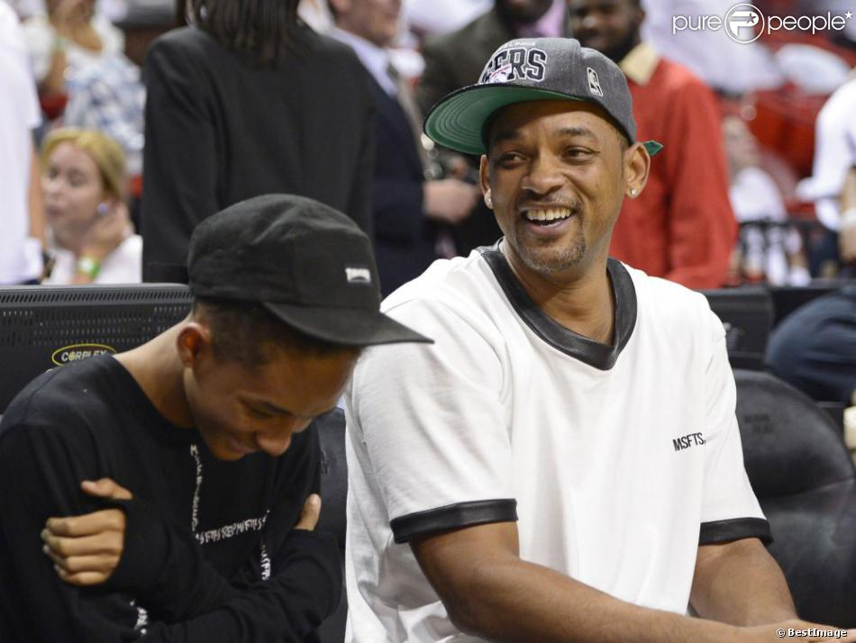 Will Smith et son fils Jaden lors du match entre Miami Heat et les Chicago  Bulls 1ef667773a4