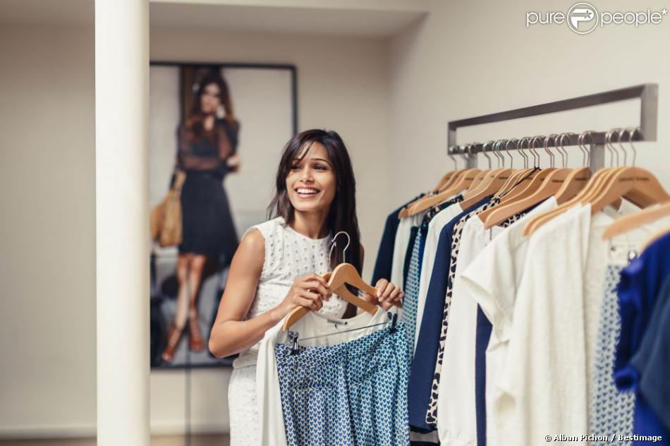 Freida Pinto dans la boutique Gerard Darel à Cannes fait son shopping d'été le 13 mai 2013 avant le début du 66 eme Festival du Film