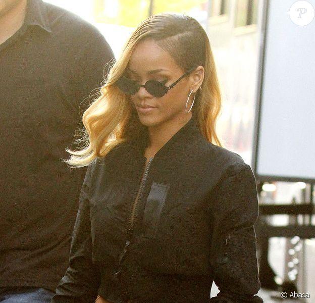 Rihanna porte un bomber Regulation by Yohji Yamamoto, une jupe et des sandales Azzedine Alaïa. New York, le 15 mai 2013.