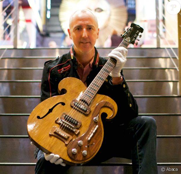 Cette guitare VOX customisée de 1969 passée entre les mains des Beatles John Lennon et George Harrison s'est vendue 408 000 dollars lors d'une vente organisée par la maison d'enchères Julien's Auctions, spécialisée dans les îcones de la musique, le 18 mai 2013 à New York.