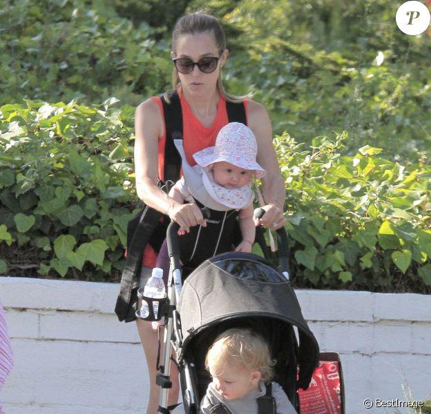 Exclusif - Jacqui Ainsley, la fiancée de Guy Ritchie, se balade avec son fils Rafael et sa petite fille, à Beverly Hills, le 20 mai 2013.