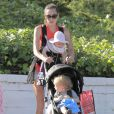 Exclusif - Jacqui Ainsley, la fiancée de Guy Ritchie, avec son fils Rafael et sa petite fille, à Beverly Hills, le 20 mai 2013.