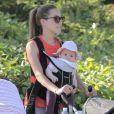Exclusif - Jacqui Ainsley, la fiancée de Guy Ritchie, en compagnie de son fils Rafael et de sa petite fille, à Beverly Hills, le 20 mai 2013.