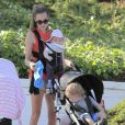 Exclusif - Jacqui Ainsley, la fiancé de Guy Ritchie, se balade avec son fils Rafael et sa petite fille, à Beverly Hills, le 20 mai 2013.