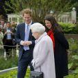Le prince Harry accueille sa grand-mère la reine Elizabeth II avec la paysagiste Jinny Bloom au jardin Sentebale/Forget-me-not du Chelsea Flower Show, lors de la journée d'inauguration VIP de l'exposition, le 20 mai 2013 à Londres.